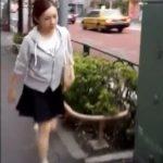 【盗撮動画】街撮りパンティ!美人ギャルを逆さ撮りしたガチ本物パンチラ映像が公開!!
