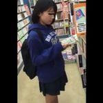 【盗撮動画】即削除!オッパイ膨らみ始めたJS小◯生の美少女のパンチラを書店で逆さ撮り!