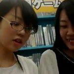 【盗撮動画】イイやつです!メガネ美人のオタク女子の純白パンティ逆さ撮り!危険パンチラ!