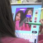 【盗撮動画】プリクラに夢中な女子高生二人組の極上パンチラが撮り放題だった件www