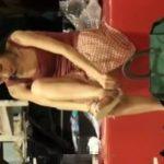 【盗撮動画】ラッキーパンチラ!最強レベルの美女のパンティが股間からチラ見えwww
