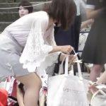 【盗撮動画】イベント待ちの清楚美人さんのエチエチな股間から徐なパンチラ凝視www