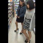 【盗撮動画】ドラッグストア店内で童顔ギャル二人組のパンチラを逆さ撮り放題に無断撮影www