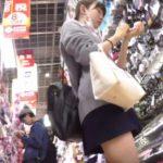 【盗撮動画】激カワ美少女の制服女子校生の買い物中にパンチラ逆さ撮り放題!!