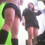 【盗撮動画】プリクラに夢中なサンタコスプレのギャルや制服JKのパンチラを隠し撮りwww