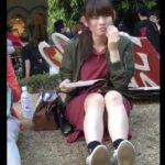【盗撮動画】正面からパンチラ凝視されてるのに食べ物に夢中な激カワ清純系女子大生www