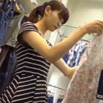 【盗撮動画】乳首映ってる!!!激カワ美人ショップ店員の胸チラ美脚パンチラ映像が神ってるwww