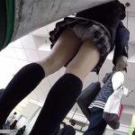 【HD盗撮動画】マジうまそー!現役JKの新鮮でまっすぐな美脚の隙間からパンチラ綺麗撮り!
