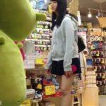 【盗撮動画】JC中◯生疑惑の超絶品美少女の美脚パンチラを放課後に粘着撮りした!!