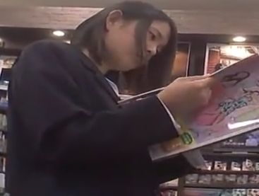 【盗撮動画】まだ清純そうな制服女子校生の美少女の立ち読み中にパンチラ隠し撮り!!