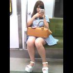【盗撮動画】電車対面の特等席!超かわいい美人さんのパンチラを期待して股間を凝視!!