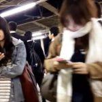 【盗撮動画】危険行為!駅構内で美女を物色!そのまま尾行してエスカでスカート捲りパンチラ!
