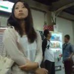 【盗撮動画】ガチ危険人物の投稿映像!駅構内で素人娘を尾行してスカート捲りパンチラ!!