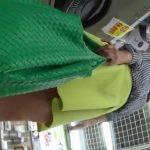 【盗撮動画】完全素人限定!買い物中美人の美脚の隙間から危険なパンチラ逆さ撮り!!