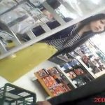 【盗撮動画】素人投稿ものが尋常でなくヤバイ!美人お姉さんに粘着してパンチラ逆さ撮り!