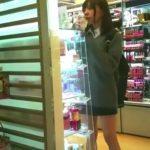 【盗撮動画】アイドル顔制服美少女のパンティを剝ぎ取りむき出しの女性器を痴漢魔が堪能!!