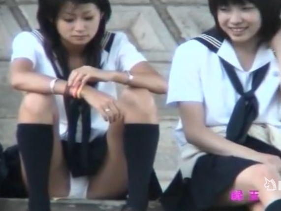 【盗撮動画】イイやつです!美人レベルMAXモデル級女子校生のパンチラを正面ガン見!