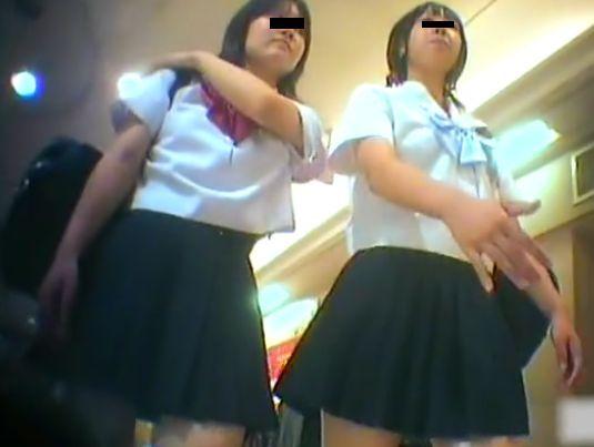 【盗撮動画】これはヤバイ!本物女子高生の放課後に付き纏ってパンチラを隠し撮り!!