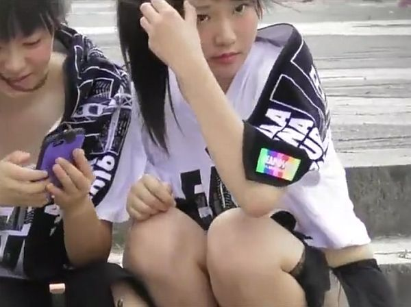 【盗撮動画】イイやつです!ライブ待ちJC美少女のへそ出しと股間パンチラをガン見!!
