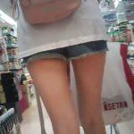 【盗撮動画】近所スーパーで買い物中の美脚お姉さんのパンチラ隠し撮り完了www