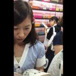 【HD盗撮動画】パンチラ大傑作!清楚お嬢さんな素人ギャルのパンティを店内隠し撮り!