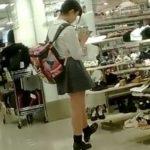 【盗撮動画】ママと買い物中の制服美少女を逆さ撮りして純情パンチラGET!!
