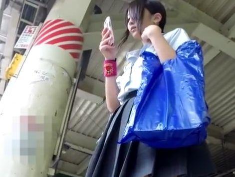 【HD盗撮動画】BORMAN!可愛らしい制服女子校生の下半身からパンチラ隠し撮り!!