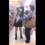 【盗撮動画】買い物中の制服女子校生のムチムチ太ももの隙間からパンチラ逆さ撮り!