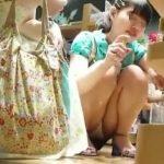 【盗撮動画】イイやつです!JS小○生の童顔ロリ美少女の生パンチラ股間を凝視!!