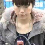 【盗撮動画】街撮りパンティ!ミニスカ美人お姉さんのシミ付きパンチラを凝視!!