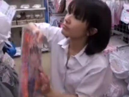 【盗撮動画】童顔ショートヘアの制服美少女の股間に付き纏い生足パンチラ攻略www
