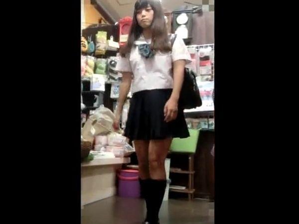 【盗撮動画】激カワ美少女のJKに禁断の捲りパンチラを敢行する危険人物の映像!