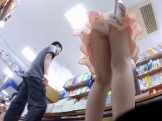 【盗撮動画】靴カメで見る魅惑の世界!臨場感抜群な書店でのパンチラ隠し撮り映像!
