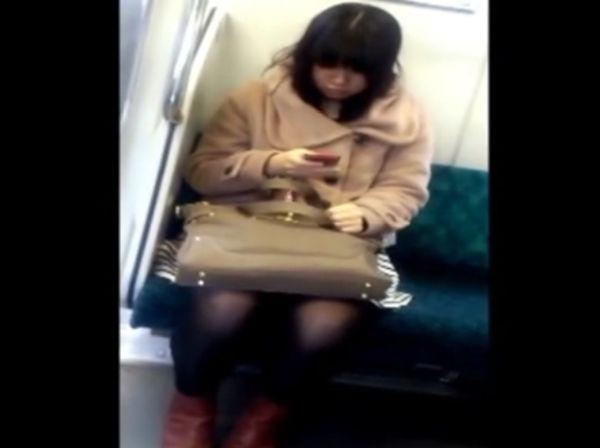 【盗撮動画】完全股間凝視アングル!電車対面のスカート女子のパンチラを狙い撮り!!