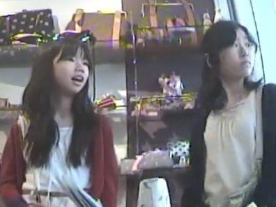【盗撮動画】衝撃映像!ママと買い物中のロリ顔ロリ少女の逆さ撮りパンチラ隠し撮り!!