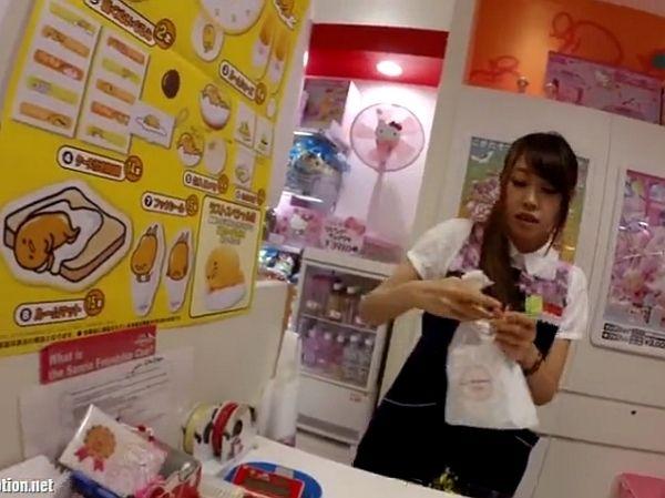 【盗撮動画】人気のサンリオグッツ専門店のショップ店員のお姉さんのパンチラ隠し撮り!