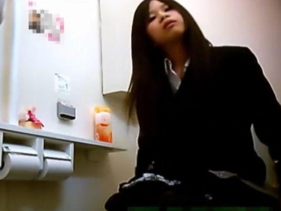 【盗撮動画】本物流出!童顔ロリ美少女のJC中○生が●●な女子トイレ隠し撮り映像!!