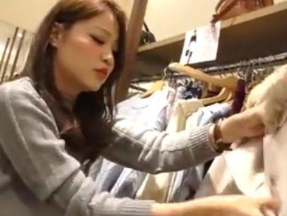 【盗撮動画】逆さHERO!接客も一生懸命な美人ショップ店員さんのパンチラ!!