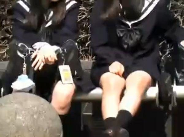 【盗撮動画】パンチラ狙い!セーラー服の仲良し女子高生二人組の股間を隠し撮りwww